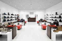 Binnenland van schoenopslag in moderne Europese wandelgalerij Stock Foto's