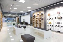 Binnenland van schoenopslag in moderne Europese wandelgalerij Royalty-vrije Stock Foto