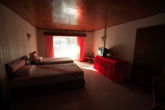 Binnenland van slaapkamer, bedchamber in hotel, zitstok in toevlucht van Asi Royalty-vrije Stock Afbeelding