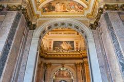 Binnenland van St Isaac Cathedral in St. Petersburg, Rusland Verfraaid plafond en roze marmeren muren royalty-vrije stock afbeeldingen