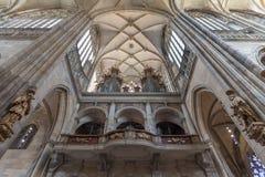 Binnenland van St Vitus, Wenceslaus en Adalbert Cathedral, Praag royalty-vrije stock afbeelding