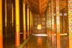 Binnenland van Thaise houten tempel Stock Afbeelding