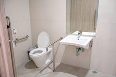 Binnenland van toilet voor bejaarde mensen met de boog van het toilettoilet Royalty-vrije Stock Foto's