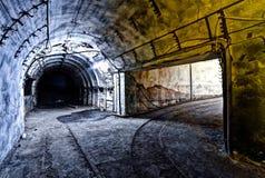 Binnenland van tunnel in verlaten kolenmijn Stock Fotografie