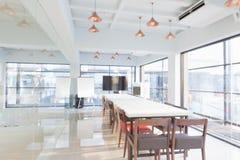 Binnenland van vergaderzaal in modern bureau Stock Afbeelding