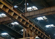 Binnenland van verlaten fabriek op zonnige dag royalty-vrije stock fotografie
