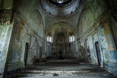 Binnenland van verlaten kerk Stock Afbeelding