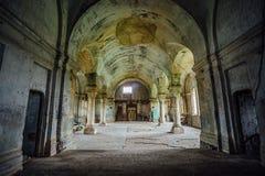 Binnenland van verlaten kerk Royalty-vrije Stock Foto's