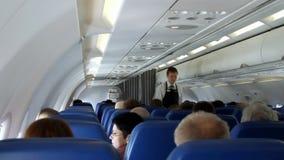 Binnenland van vliegtuig met passagiers op zetels stock videobeelden