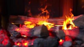 Binnenland van woonkamer Close-up van warme comfortabele brandende open haard wordt geschoten die stock footage