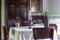 Binnenland van woonkamer in oud traditioneel landelijk blokhuis royalty-vrije stock fotografie