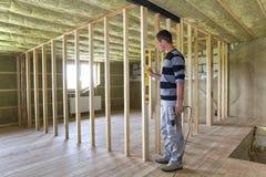 Binnenland van zolderruimte met geïsoleerd plafond en eiken vloer unde Stock Afbeelding