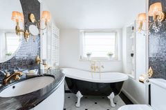 Binnenland van zwart-witte badkamers stock foto