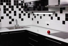Binnenland van zwart-witte keuken met rode appel Stock Foto