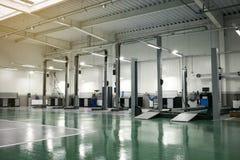Binnenlands auto-zorg centrum De elektrische lift voor auto's in serv Royalty-vrije Stock Foto