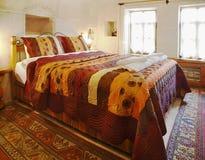 Binnenlands de slaapkamer multi gekleurd beddegoed van het ontwerphol royalty-vrije stock afbeeldingen
