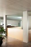 Binnenlands huis, concrete muur Stock Fotografie