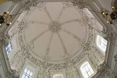 Binnenlands - ingewikkelde overladen decoratie op een wit overkoepeld plafond Mezquita Cordoba, Andalucia, Spanje royalty-vrije stock foto's