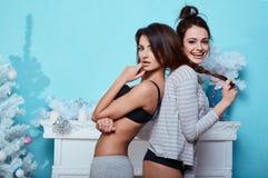 Binnenlands levensstijlportret van twee beste vrienden hipster gekke meisjes royalty-vrije stock foto