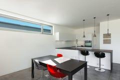 Binnenlands modern huis, keuken Stock Foto