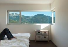 Binnenlands modern huis, slaapkamer Stock Fotografie