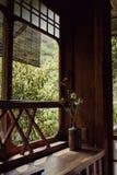 Binnenlands ontwerp in een oud Japans gebouw stock afbeelding