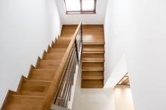 Moderne minimalistische trap met houten stappen stock afbeelding