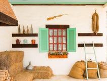 Binnenlands ontwerp van een oud buitenhuis stock foto