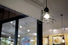 Binnenlands ontwerp van lamp Een LEIDENE gloeilamp is verlichtend en hangend onder een huisdak Verlichtingslamp onder het plafond stock foto
