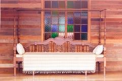 Binnenlands oud houten bed stock foto