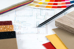Binnenlands project met palet, materiële steekproeven, potlood 2 stock afbeelding