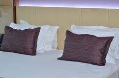 Binnenlands Ruimte van het luxe de moderne hotel Koning gerangschikt bed in een ruimte van het luxehotel Stock Foto