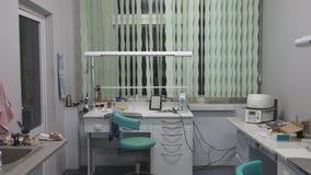 Binnenlands tandlaboratorium stock footage