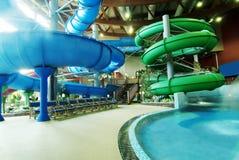 Binnenlands waterpark met aantrekkelijkheden Royalty-vrije Stock Foto's