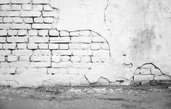 Binnenlands, wit beschadigd bakstenen muur en asfalt Stock Fotografie