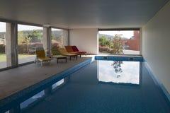 Binnenlands zwembad stock afbeelding