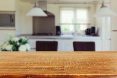 Binnenlandse achtergrond met lege keukenlijst royalty-vrije stock afbeeldingen