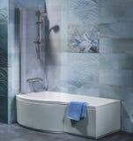 Binnenlandse badkamers met ton, douche Stock Afbeelding