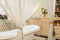 Binnenlandse beelden van badkamers in klassieke stijl Stock Foto