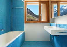 Binnenlandse, blauwe badkamers stock afbeeldingen