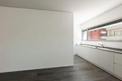 Binnenlandse, brede ruimte met binnenlandse keuken stock fotografie