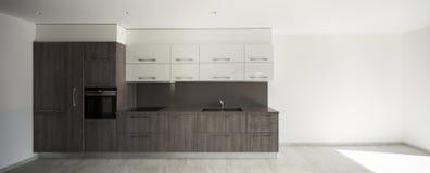 Binnenlandse, brede ruimte met keuken royalty-vrije stock afbeelding