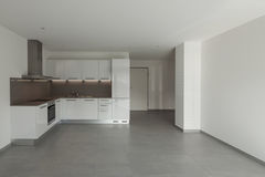 Binnenlandse, brede ruimte met keuken stock fotografie
