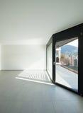 Binnenlandse, brede ruimte met vensters royalty-vrije stock fotografie