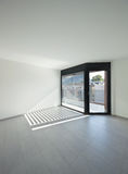 Binnenlandse, brede ruimte met vensters stock afbeelding