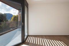 Binnenlandse, brede ruimte met vensters stock foto