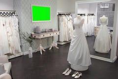 Binnenlandse Bruids Winkel, spiegel, ledenpop en schoenen, wijd Royalty-vrije Stock Fotografie