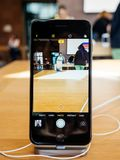 Binnenlandse cameraapp Nieuwe iPhone 8 en iPhone 8 plus in Apple Stor Stock Fotografie