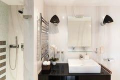 Binnenlandse, comfortabele badkamers royalty-vrije stock afbeeldingen