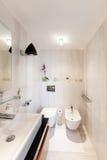 Binnenlandse, comfortabele badkamers stock afbeelding